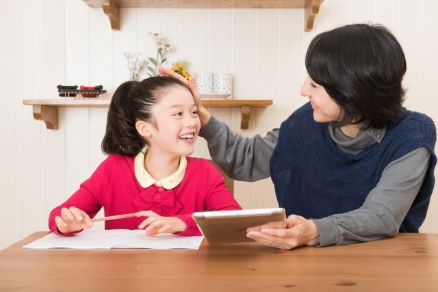 小学生にはリビング学習がおすすめ!実は静かすぎると集中できないって本当?