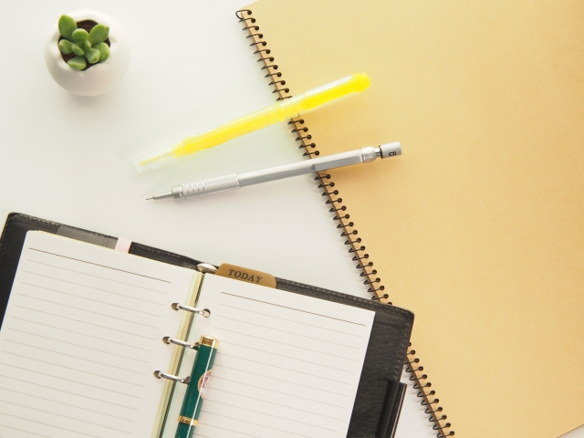蛍光ペンがにじむ…ボールペンをは油性を選べばにじまないよ!